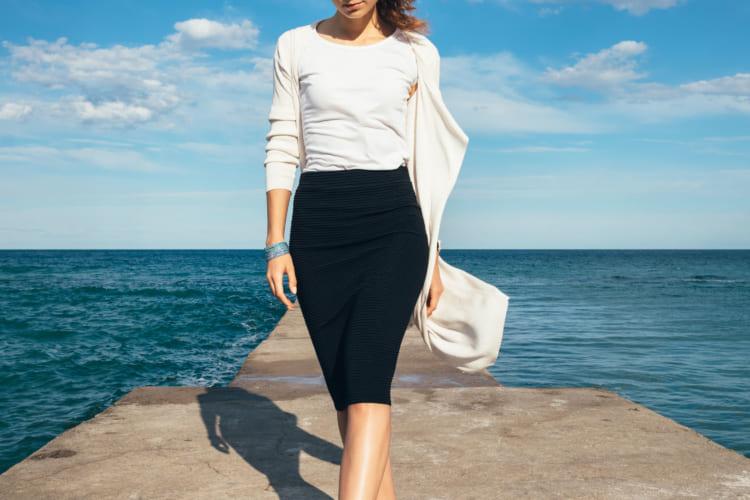 長袖を着る女性