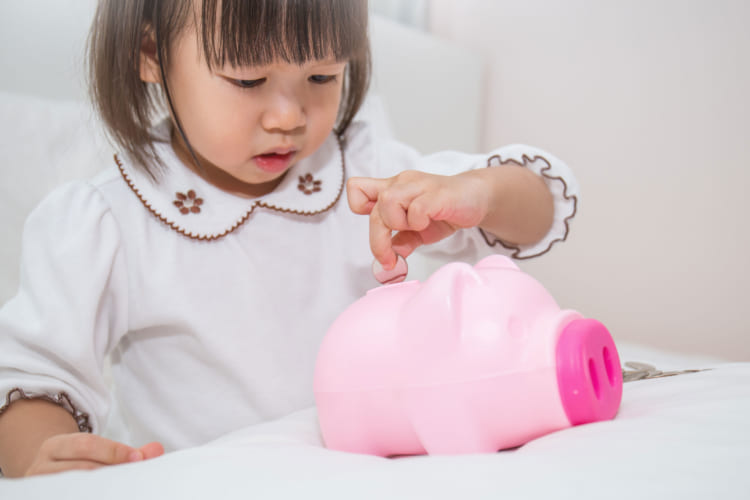 貯金をする女の子