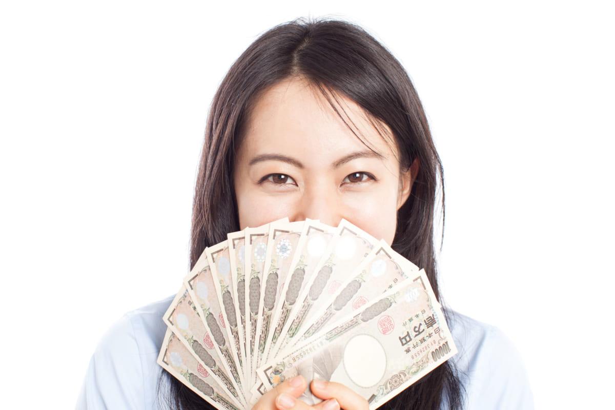 お金に目がくらむ女性