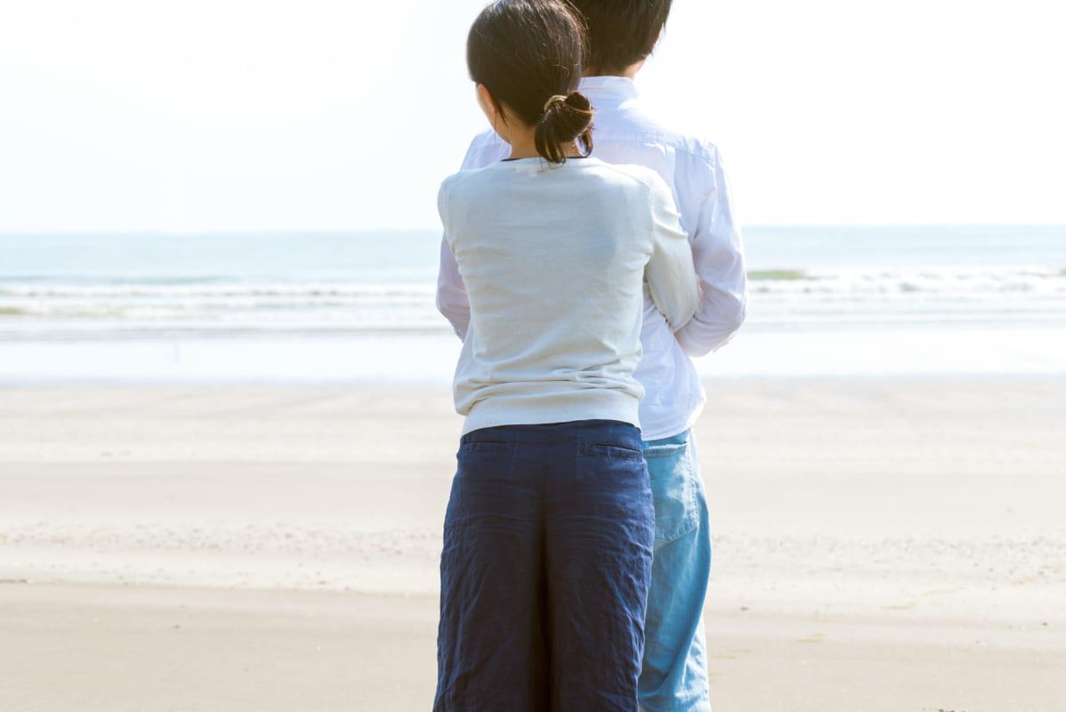 海でハグするカップル