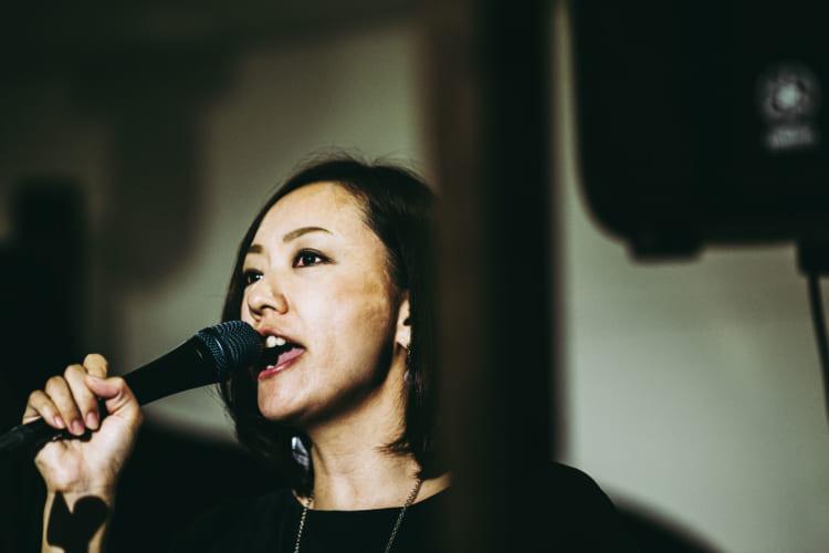 一人カラオケを歌う女性