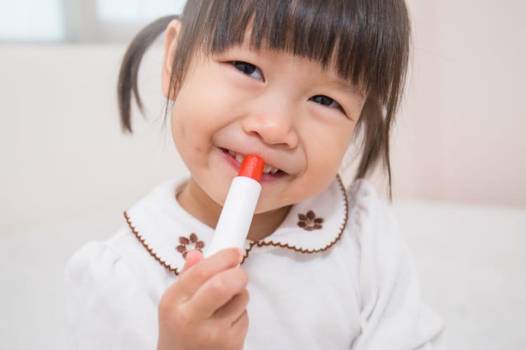 口紅を塗る女の子