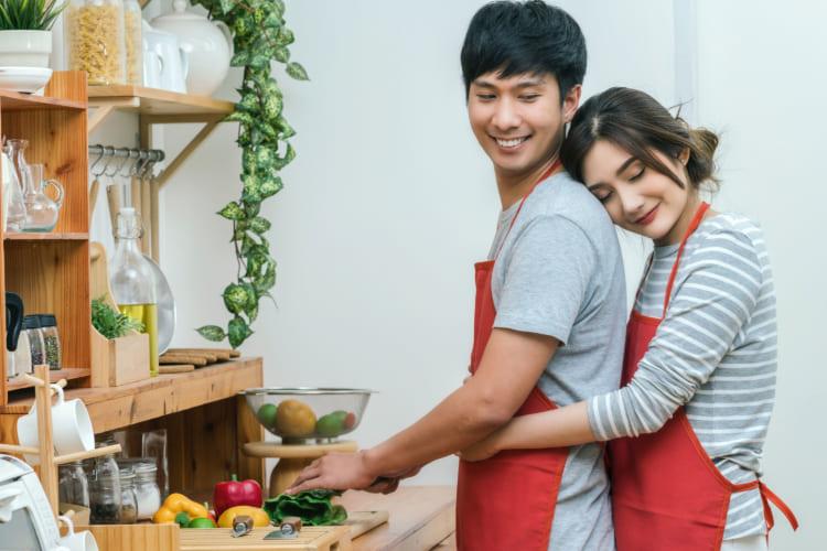キッチンでカップル