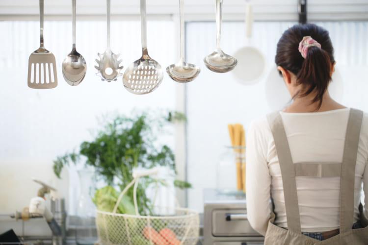 料理をつくる女性