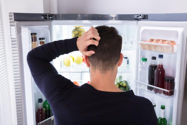 冷蔵を開ける男性