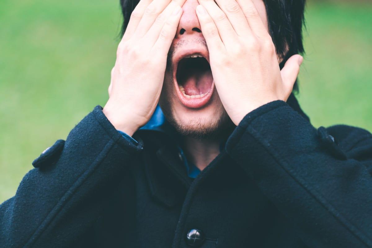 ショックを受ける男性