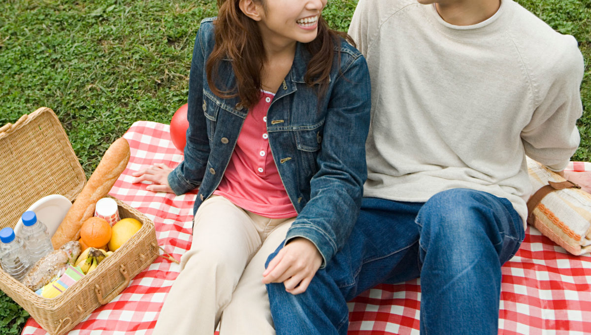 ピクニックを楽しむカップル