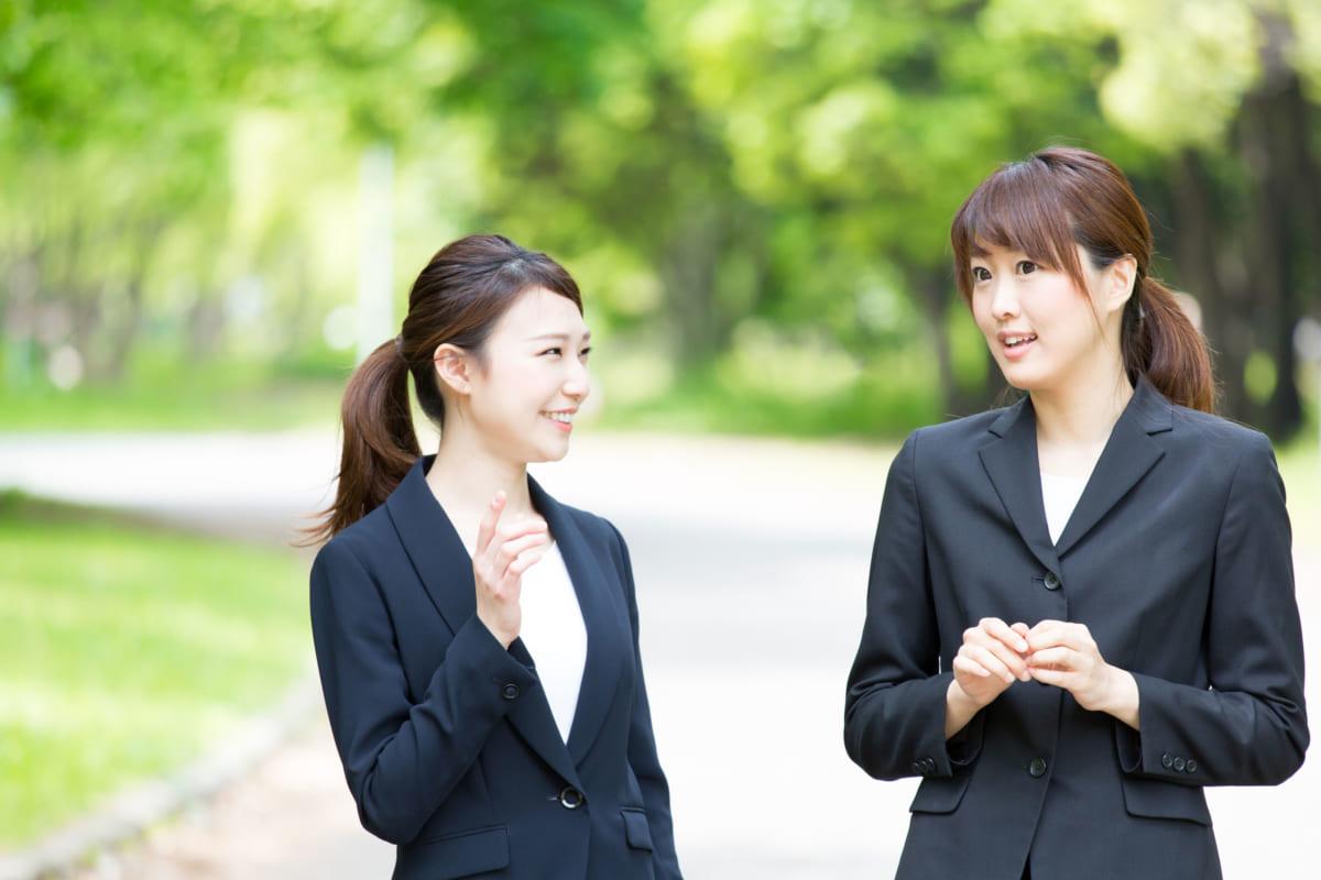 女性同士で会話