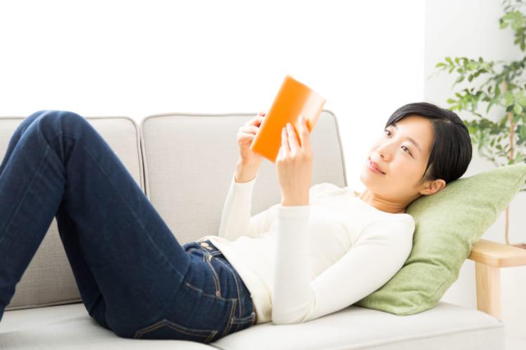 借りた本を読む女性