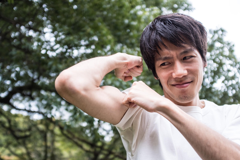 筋肉自慢をする男性