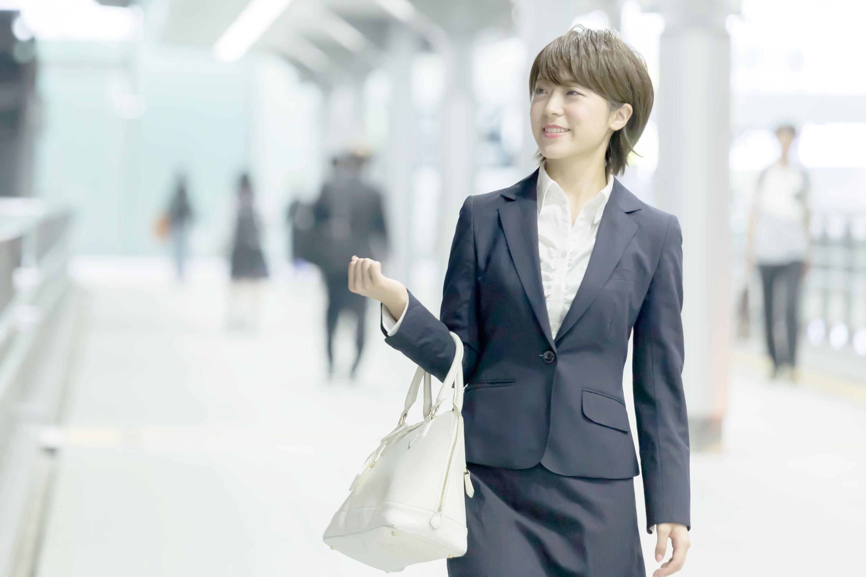 鞄を持つ女性