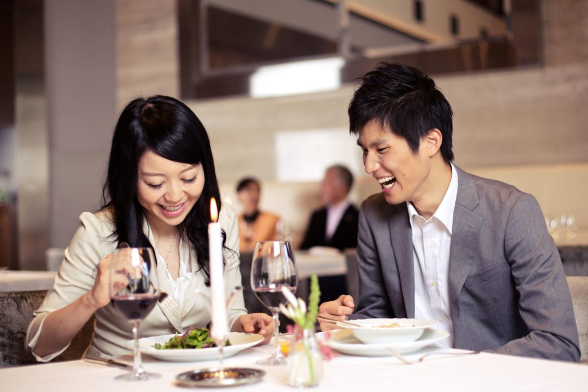 デートで食事中
