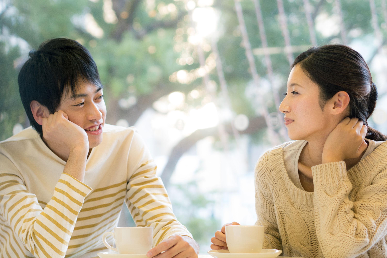 デートで話すカップル