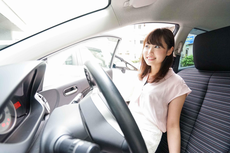 教習車に乗り込む女性