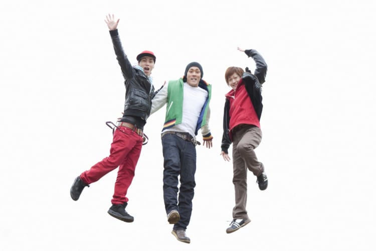 ジャンプする男性達