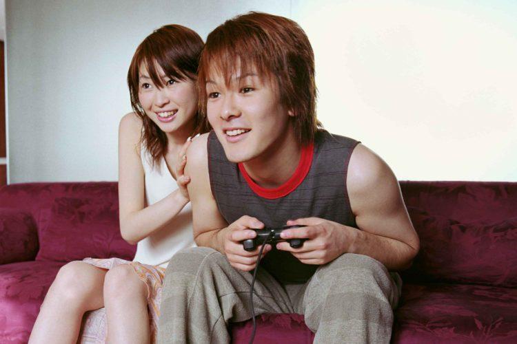 同棲中のカップルがゲーム
