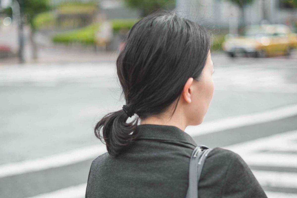 横断歩道で待つ女性