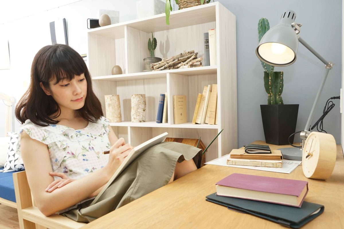 資格勉強する女性