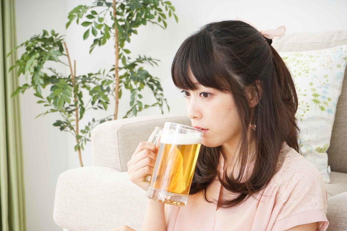 ビールを飲む