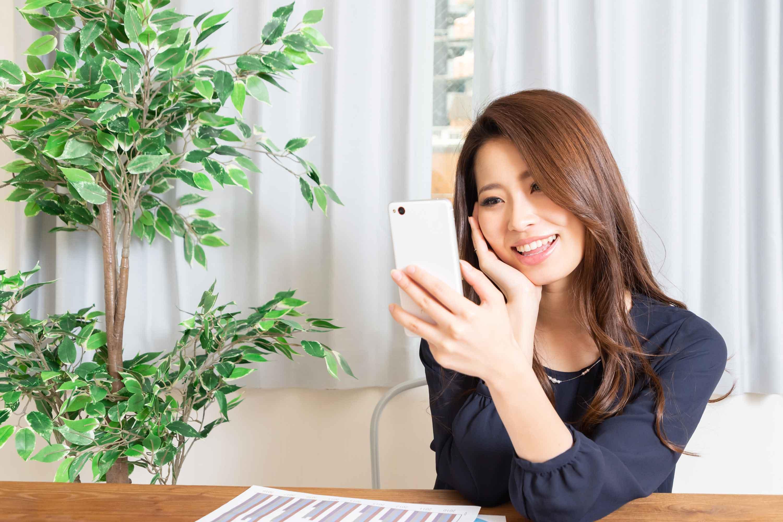 マッチングアプリを楽しむ女性