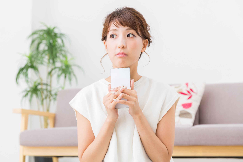 携帯で悩む女性