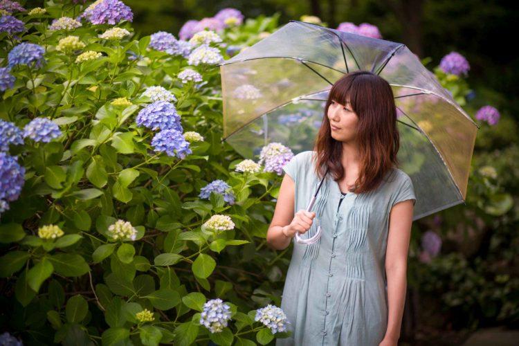 雨の日の女性