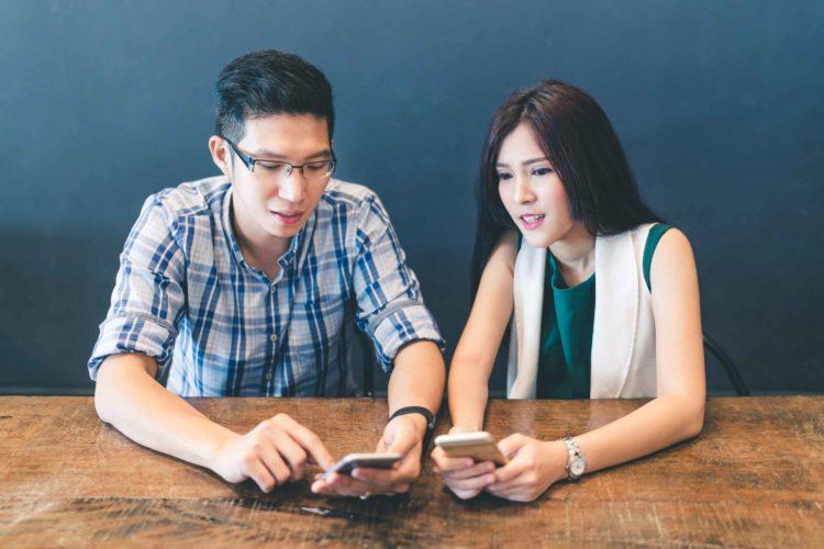 アプリを見るカップル
