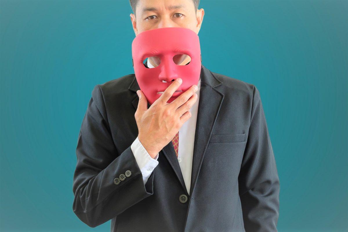 マスクを持った男