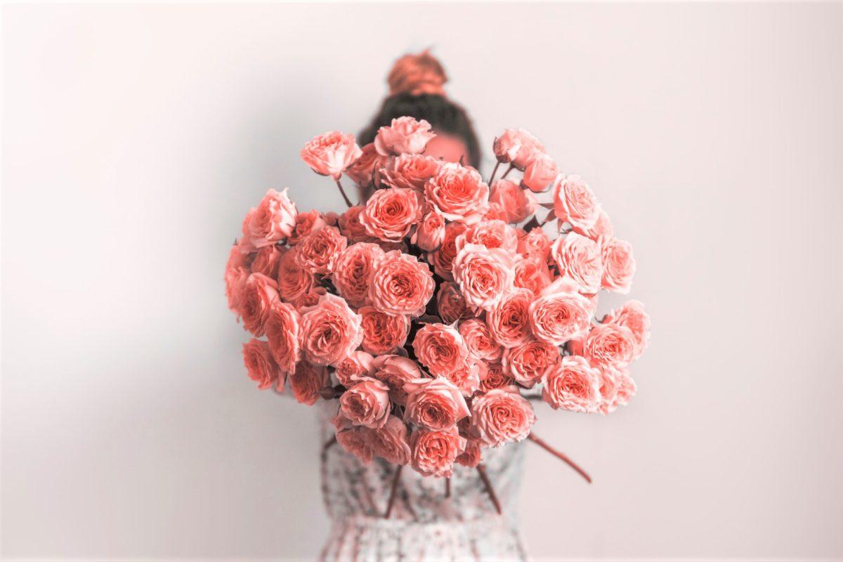 女性と花束