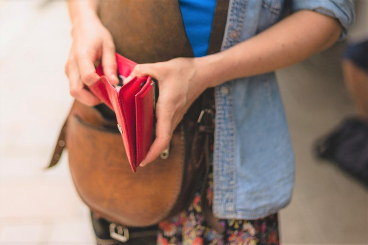 財布を出す女性