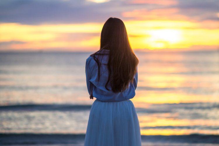 海を見る女性