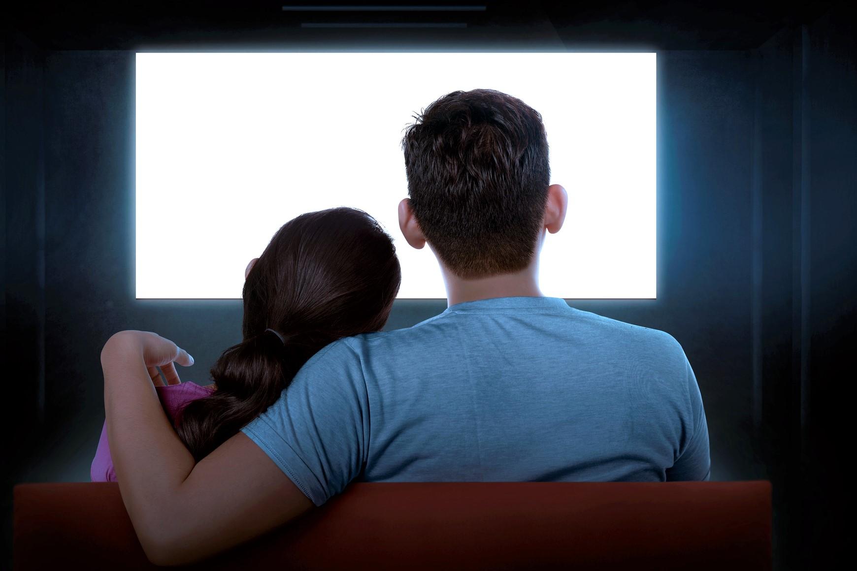 映画を観るカップル