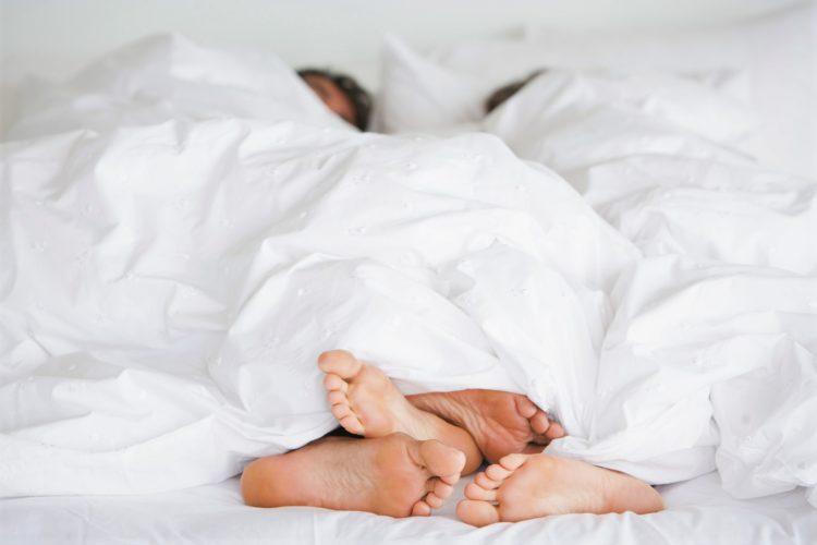 ベッドの上のカップル