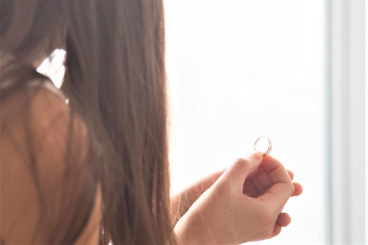 指輪を眺める女性