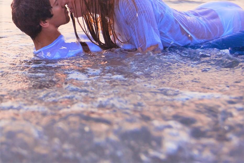 海でカップル
