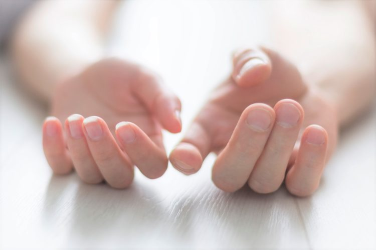 手を触れる