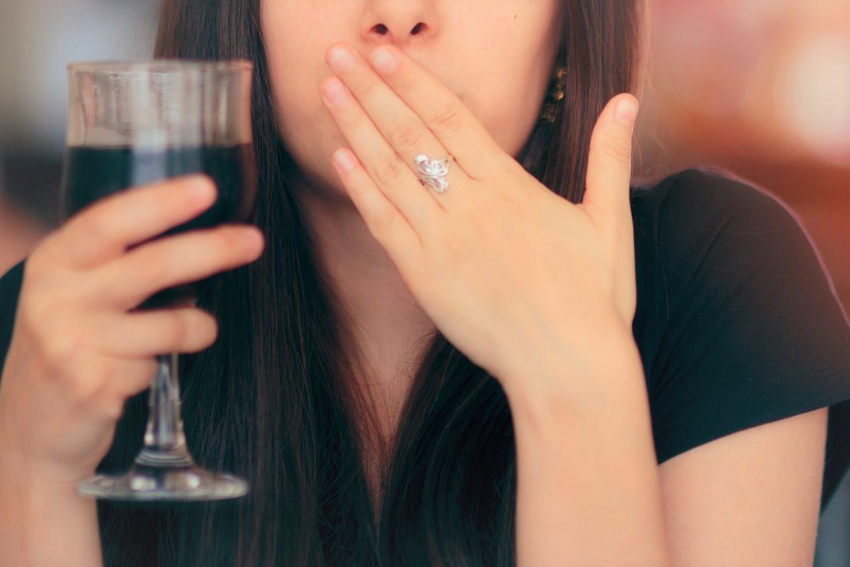口を抑える女性