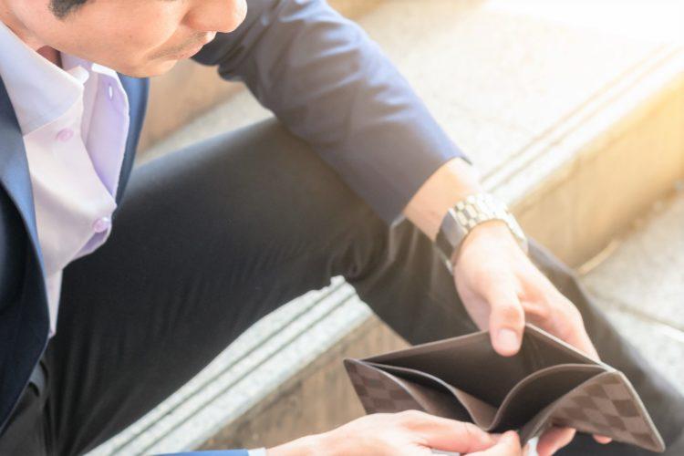 財布を確認する男性