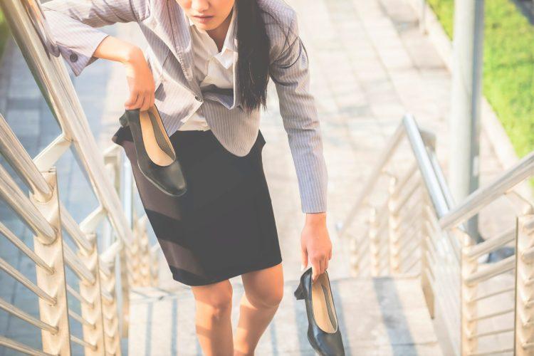 歩き疲れた女性
