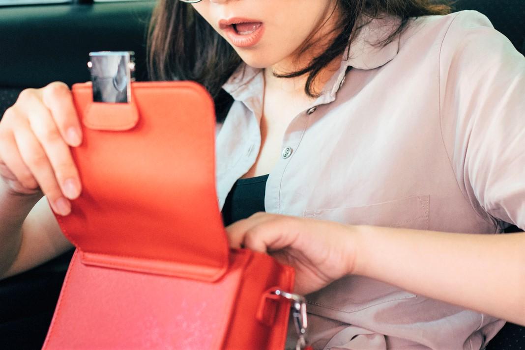 バッグを覗く女性