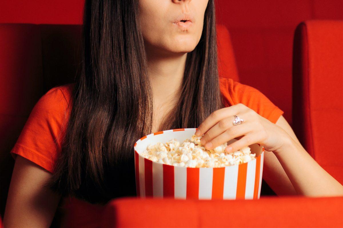 映画を見る女性