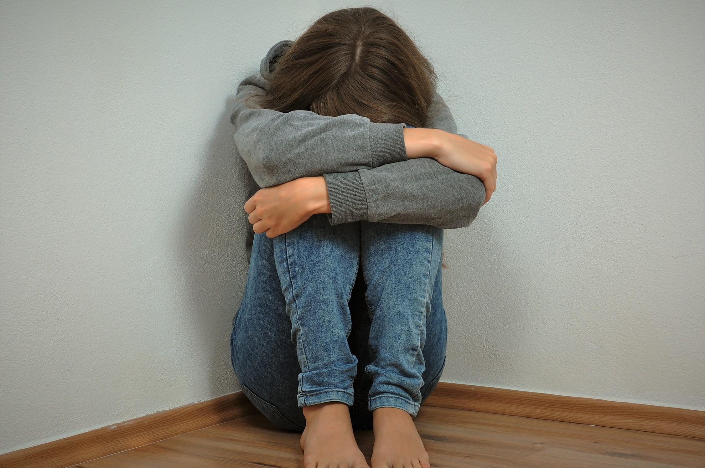 膝を抱える少女