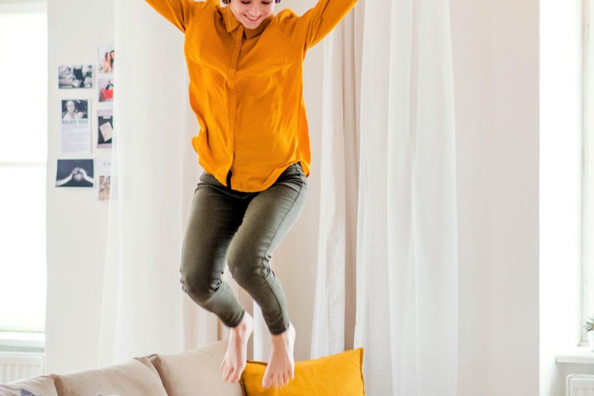 部屋で跳ねる女性