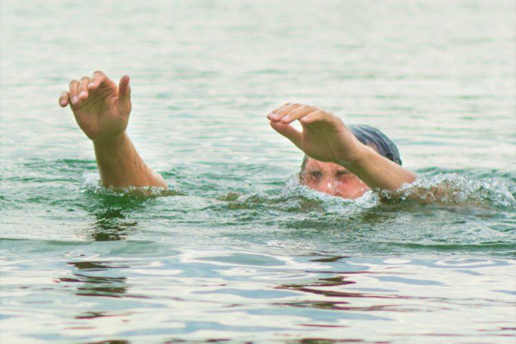 溺れる男性