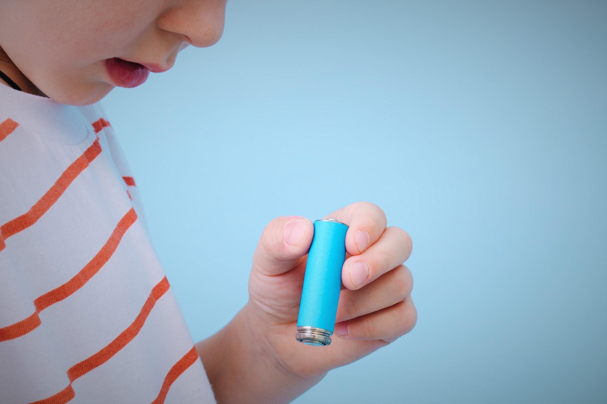 電池を持つ男の子