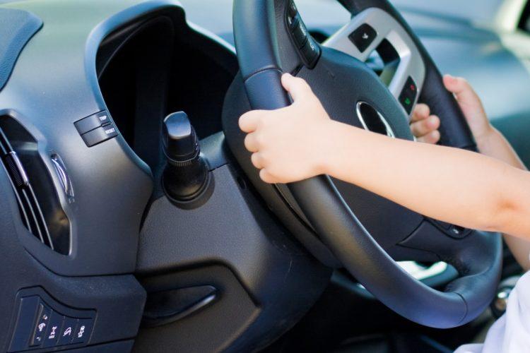運転する子供