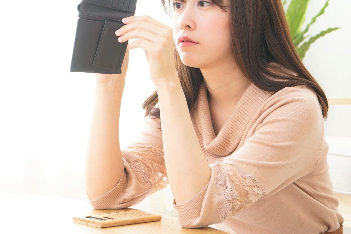 財布を覗く女性