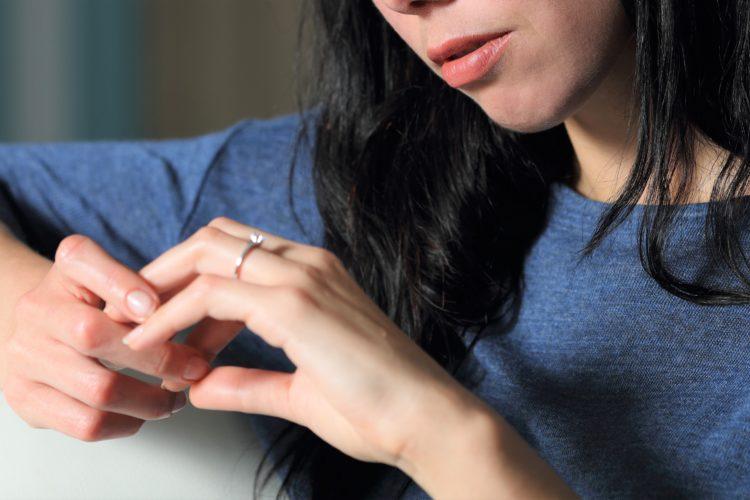 指輪を見る女性