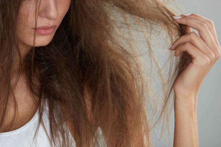 髪の毛が痛んだ女性