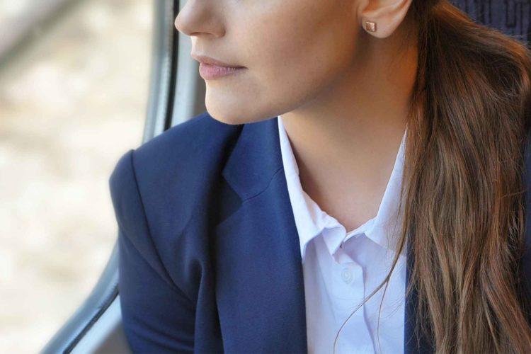 車窓を見る女性